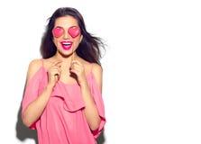 red steg Skönhetflickan med Valentine Heart formade kakor i hennes händer royaltyfria foton