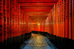 The red torii gates walkway at fushimi inari taisha shrine in Kyoto, Japan.  Stock Photo