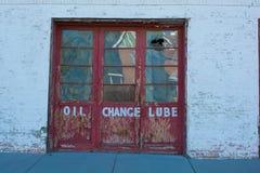 Red ut dörrar - olje- ändring, Lube arkivbilder