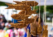 Red ut det handgjorda träsned fiskdiagramet för girlanden naturligt Fotografering för Bildbyråer