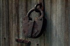 Red ut gamla woodoen dörren och låset - Bharmour royaltyfri foto