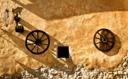 red ut hjul för bakgrund gammal lantlig vägg Arkivfoto