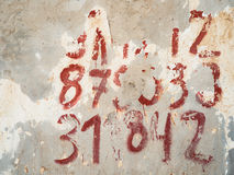 Red ut nummer på väggen Royaltyfri Foto