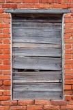 Red ut och brutna fönsterslutare Fotografering för Bildbyråer