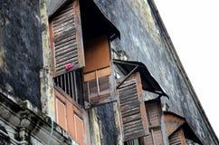 Red ut träslutare och fönster i gamla byggande Georgetown Penang Malaysia arkivfoto