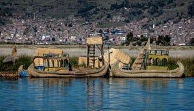 Red ut vassfartyg längs kusten av sjön Titicaca i Puno, P Arkivbilder