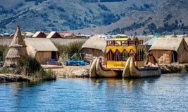 Red ut vassfartyg längs kusten av sjön Titicaca i Puno, P Royaltyfri Fotografi