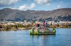 Red ut vassfartyg längs kusten av sjön Titicaca i Puno, P Arkivfoto