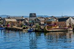 Red ut vassfartyg längs kusten av sjön Titicaca i Puno, P Royaltyfri Bild