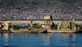 Red ut vassfartyg längs kusten av sjön Titicaca i Puno, P Royaltyfria Bilder