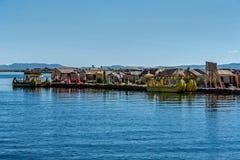 Red ut vassfartyg längs kusten av sjön Titicaca i Puno, P Royaltyfri Foto