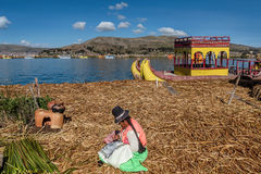 Red ut vassfartyg längs kusten av sjön Titicaca i Puno, P Fotografering för Bildbyråer