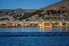Red ut vassfartyg längs kusten av sjön Titicaca i Puno, P Arkivfoton