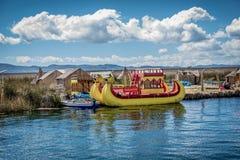 Red ut vassfartyg längs kusten av sjön Titicaca i Puno, P Royaltyfria Foton