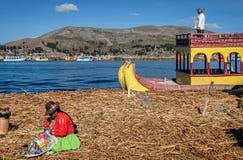Red ut vassfartyg längs kusten av sjön Titicaca i Puno, P Arkivbild
