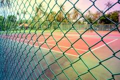 Red verde delante del campo de tenis Foto de archivo libre de regalías