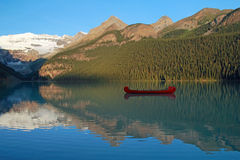 Red Voyageur Canoes on Lake Louise Royalty Free Stock Photos