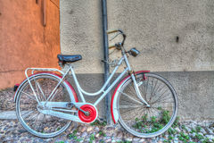 Red and white bike against the wall Royalty Free Stock Photos