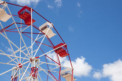 Red and white ferris wheel against a sky Royalty Free Stock Photos