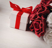 Red and white roses and gift box Royalty Free Stock Images