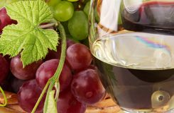 Red and white wine, with bunches of grapes Royalty Free Stock Photography