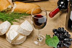 Red wine, Brie and Camembert cheeses with bread Royalty Free Stock Photos