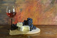Red wine with cheese and grapes Stock Photography