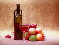Red wine and fruit - still life Royalty Free Stock Images
