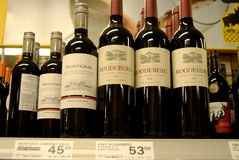 RED WINES ON SEHLVE FOR SALE Stock Image