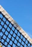 Red y cielo del campo de tenis Fotos de archivo libres de regalías