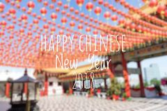 Redacción del Año Nuevo chino feliz 2018 con las linternas chinas borrosas del fondo durante festival del Año Nuevo Foto de archivo libre de regalías
