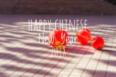 Redacción del Año Nuevo chino feliz 2018 con las linternas chinas borrosas del fondo durante festival del Año Nuevo Fotografía de archivo libre de regalías