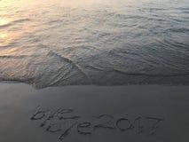 """Redacta el  del adiós 2017†del """"bye cuando salida del sol en la playa Fotografía de archivo"""