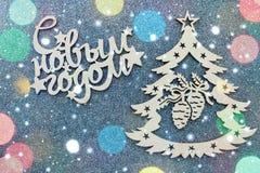 Redacta Feliz Año Nuevo en ruso en un fondo gris Tarjeta hermosa del Año Nuevo Imagen de archivo