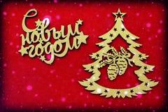Redacta Feliz Año Nuevo en ruso en un fondo rojo Imagen de archivo libre de regalías