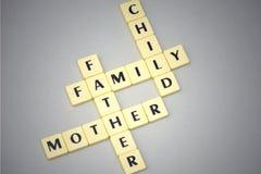 Redacta la familia, la madre, el padre y al niño en un fondo gris Imagenes de archivo