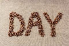 """Redacte """"day"""" de los granos de café Imágenes de archivo libres de regalías"""