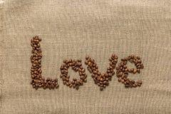 """Redacte """"love"""" de los granos de café Imágenes de archivo libres de regalías"""