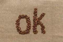 """Redacte """"ok"""" de los granos de café Fotos de archivo libres de regalías"""