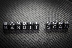Redacte al bandido Scam de cubos negros en un gris fotos de archivo libres de regalías