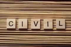 Redacte CIVIL en los cubos de madera en el fondo de madera Imagen de archivo