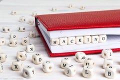 Redacte cortar escrito en bloques de madera en cuaderno rojo en w blanco Fotos de archivo