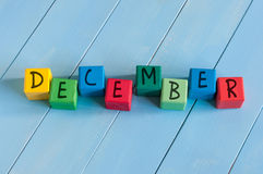 Redacte diciembre en los cubos del juguete del niño en rural de madera Imagenes de archivo