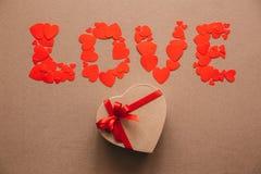Redacte el amor de corazones y de la caja de regalo en la forma de un corazón Imagenes de archivo