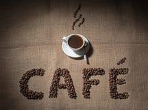 Redacte el café de los granos de café y de la taza de café sólo Fotos de archivo
