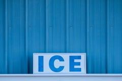 Redacte el HIELO con mayúsculas en muestra delante del metal azul frío Fotografía de archivo libre de regalías