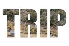 Redacte el VIAJE sobre pequeña casa del ladrillo en cuesta de montaña rocosa con ra Imagen de archivo libre de regalías