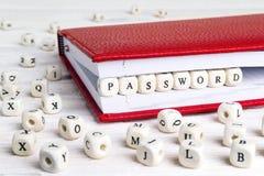 Redacte la contraseña escrita en bloques de madera en cuaderno rojo en blanco Imagenes de archivo