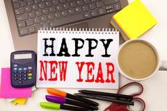 Redacte la escritura de Feliz Año Nuevo en la oficina con alrededores tales como ordenador portátil, marcador, pluma, efectos de  Fotos de archivo libres de regalías