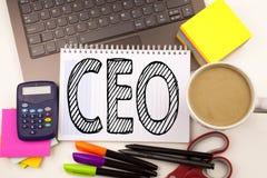Redacte la escritura del CEO en la oficina con el ordenador portátil, marcador, pluma, efectos de escritorio, café Concepto del n Imagenes de archivo